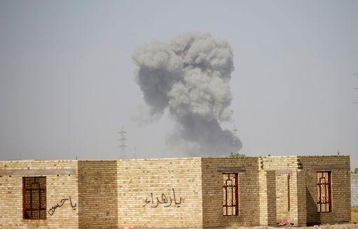 Smoke rises from clashes near Falluja, Iraq, May 31, 2016. REUTERS/Thaier Al-Sudani - RTX2EXJ4
