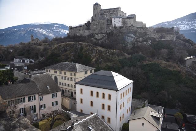 01-1-vue-densemble-de-la-colline-et-du-bourg-fortifi-de-valre