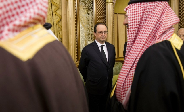 French President Francois Hollande (C) looks on as he expresses his condolences to the new Saudi King, Salman bin Abdul Aziz, on the death of the late Saudi Arabian King Abdullah bin Abdulaziz al-Saud, during a ceremony with officials from all over the world, at the Diwan royal palace in Riyadh, Saudi Arabia, 24 January 2015. /SIPA_160310/Credit:YOAN VALAT/POOL/SIPA/1501251616